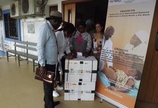 Los Kits entregados contienen instrumental médico como espéculos, pinzas, tijeras, sondas; dispositivos intrauterinos y antibióticos.