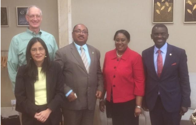 De izquierda a derecha: Sr. Arne Johnson, Consejero General de Noble Energy y Vicepresidente sénior; S.E. Sra. Julie Futura-Toy, Embajadora de los Estados Unidos de América; S.E. Sr. Praxedes Rabat Macambo, Viceministro de Sanidad y Bienestar Social; Sra. Coumba Mar Gadio, Coordinadora Residente de las Naciones Unidas; y Sr. Mady Biaye, Representante Residente del UNFPA.
